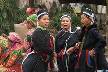Three Dao Ao Dai Women At Market