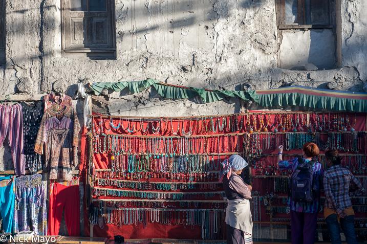 India,Jammu & Kashmir,Market,Necklace,Selling, photo