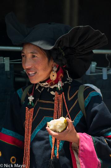 China,Earring,Eating,Hat,Necklace,Sichuan,Yi, photo