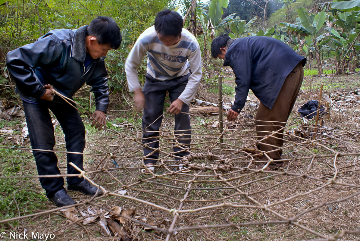 Yao men from Gung Jie Po preparing a vine net for dujie.
