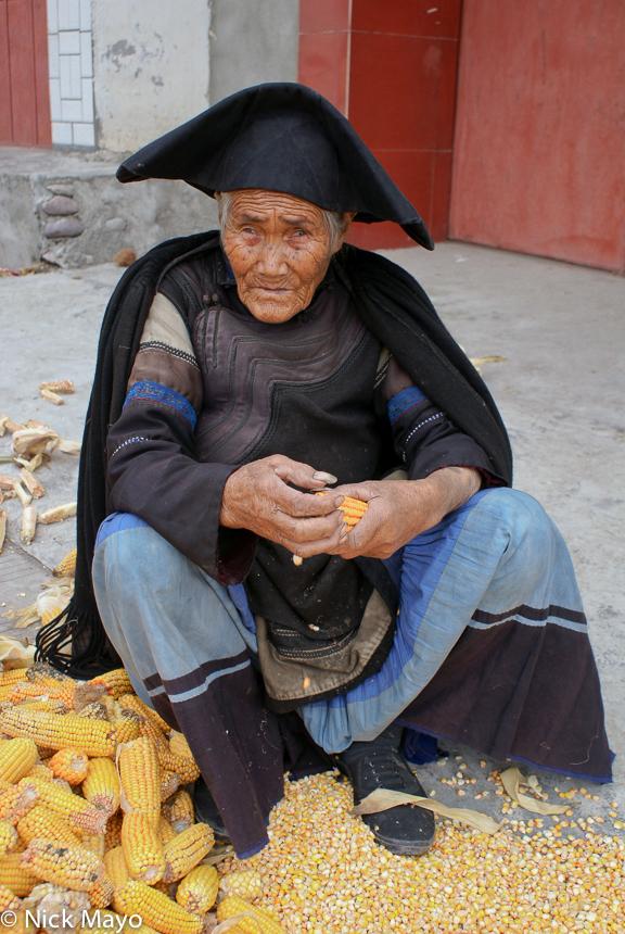 Cape,China,Corn Cob,Hat,Shucking,Sichuan,Yi, photo