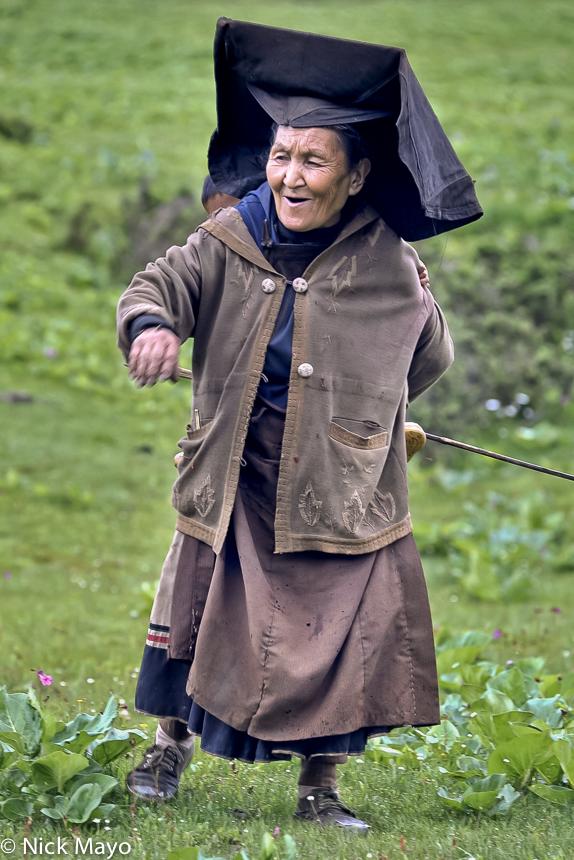 A Yi shepherdess in the fields at Da Ya Chang.