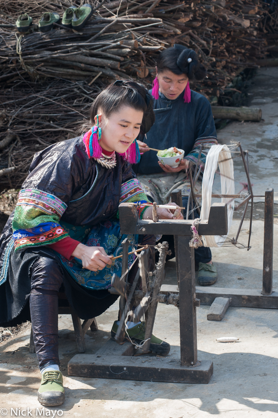 China,Eating,Guizhou,Miao,Spindle,Spinning, photo